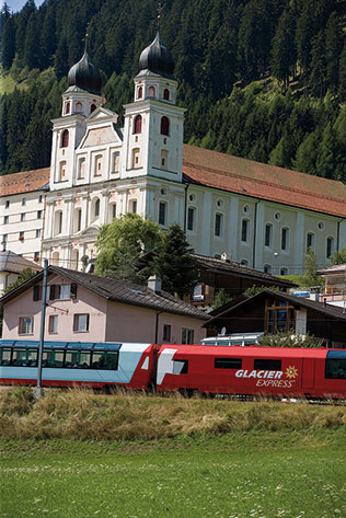 Glacier Express vor Kloster Disentis (C)RhB