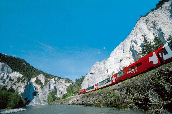 Glacier Express in der Rheinschlucht (C)RhB
