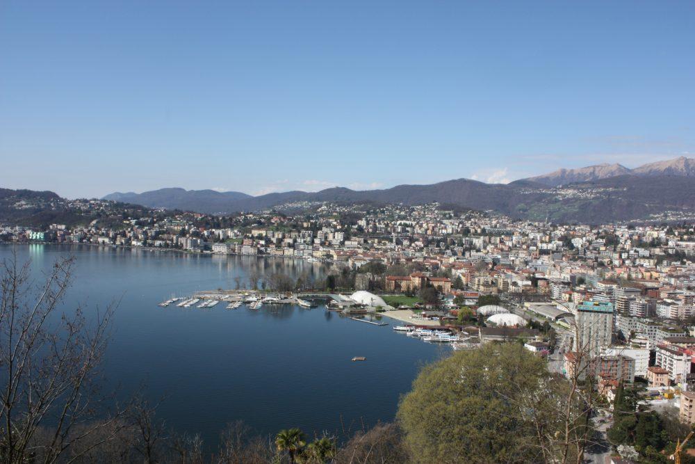 Blick über Lugano zu den Alpen © Matthias Costa