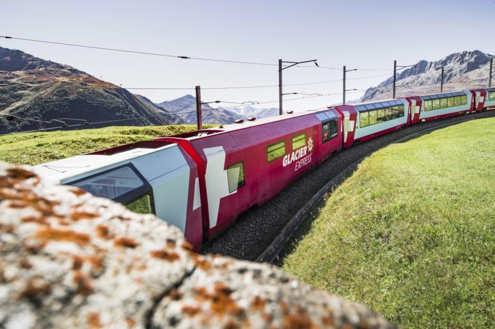Glacier Express am Oberalppass (C)GlacierExpressAG