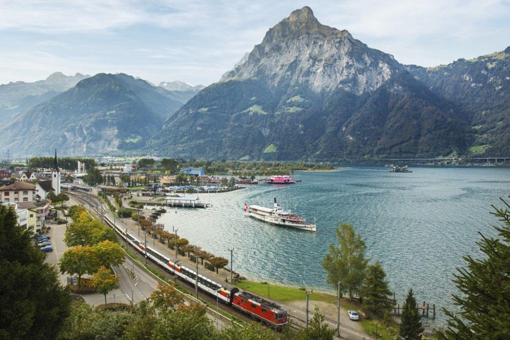 Flüelen - Dampfschiff und Panoramazug