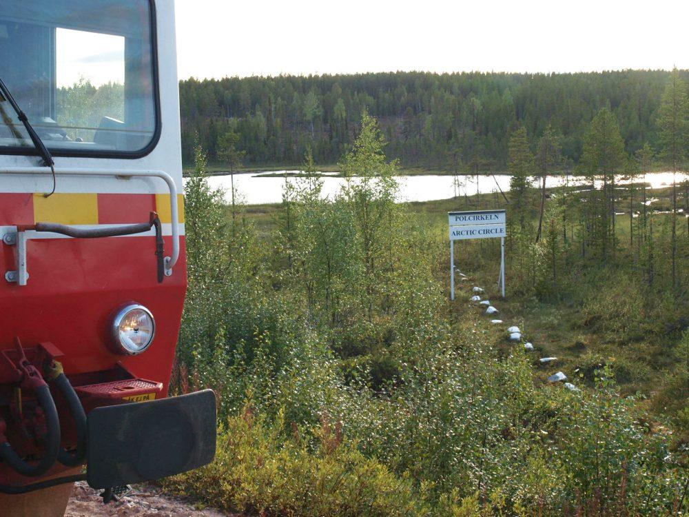 Zug der Inlandsbahn am Polarkreis © K. H. Drewes