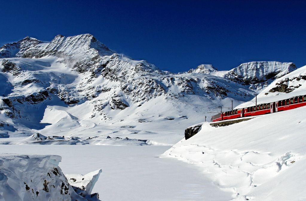 Bernina Express am Lago Bianco (C)RhB/ChrBenz