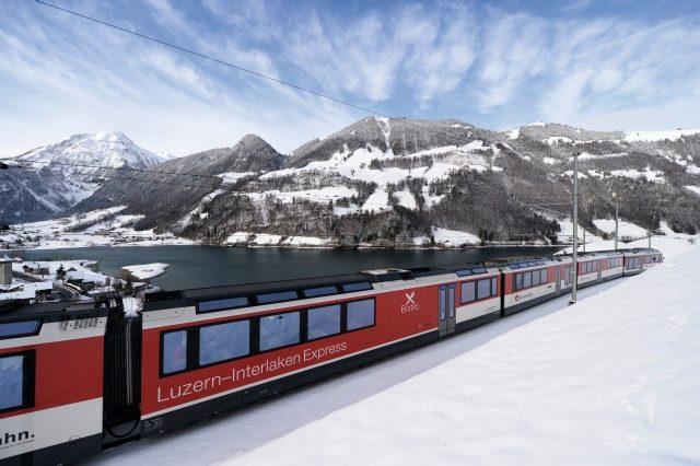 Luzern-Interlaken-Express am Brienzersee