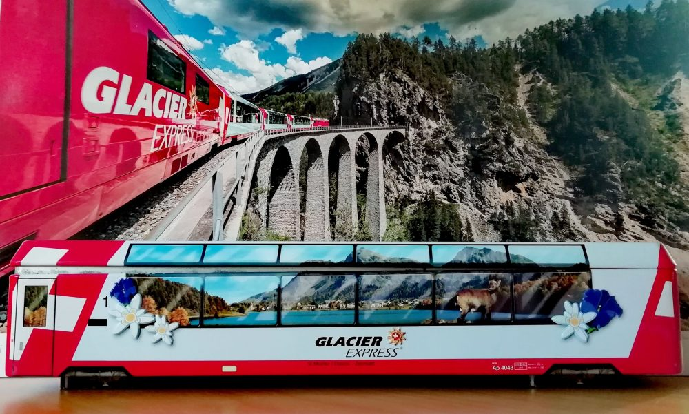 Geschenkdose Glacier Express - Hintergrundbild RhB Kalender 2021 (C)RhBAndreaBadrutt