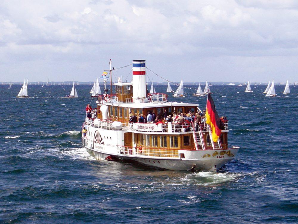 Segelwettbewerbe und Dampfer Freya © Adler Schiffe